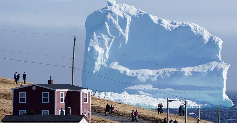 تکه یخ شناور بزرگ در کانادا که همه را متعجب نموده است!