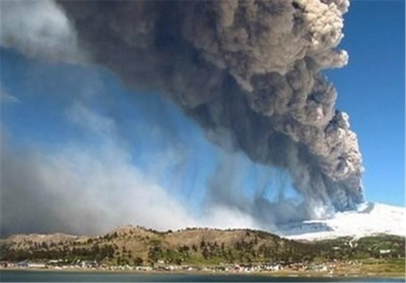 فوران آتشفشان در اندونزی موجب فرار هزاران نفر از خانه های خود شد