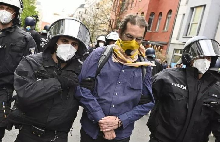 زخمی شدن 18 مامور پلیس در اعتراضات آلمانی ها به محدودیت های کرونا