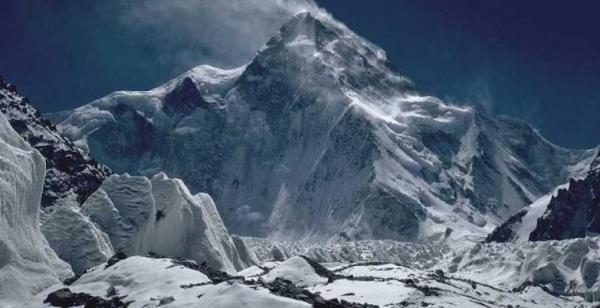 چه کسی اول به کی2 می رسد؛ یک گردشگر یا یک کوهنورد؟